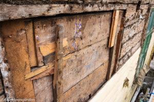 Det igensatta fönstret. Spår av gammal tapet syns på plankorna som använts.